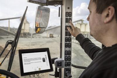 Det senaste tillskottet till Volvo CE:s Load Assist-familj är den nya appen Operator Coaching. Funktionen hjälper förare av Volvos hjullastare L110H till L260H att använda maskinerna effektivare, genom att ge dem information i realtid så att de bättre kan förstå hur deras agerande påverkar slutresultatet.