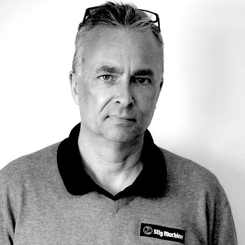 """Senaste tillskottet hos Stig Machine heter Cenneth Engstrand och började sin anställning i slutet på februari 2020. Cenneth kommer att arbeta som säljare på grävmaskiner och hjullastare. Om ni känner igen Cenneth sedan tidigare så kan det bero på att han ägt och drivit CEMA Maskin i 15 år fram tills han sålde verksamheten 2018, men det kan också bero på att han i bagaget har en framgångsrik karriär som motocrossförare och har tillhört världseliten både inom vanlig """"motocross"""" samt sidvagnscross."""