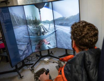 Maskinen styrs inte från hytten utan från en separat lokal i närheten. Med femte generationens telekommunikation, 5G, ska fjärrstyrningen kunna ta stora kliv i utvecklingen, bedömer Skogforsk.
