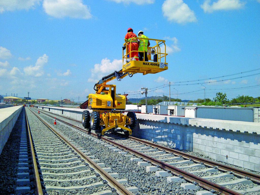 Platform Basket liftar för järnvägen är naturligtvis utrustade med rälshjul, så de kan arbeta både på spåret och vid sidan av.