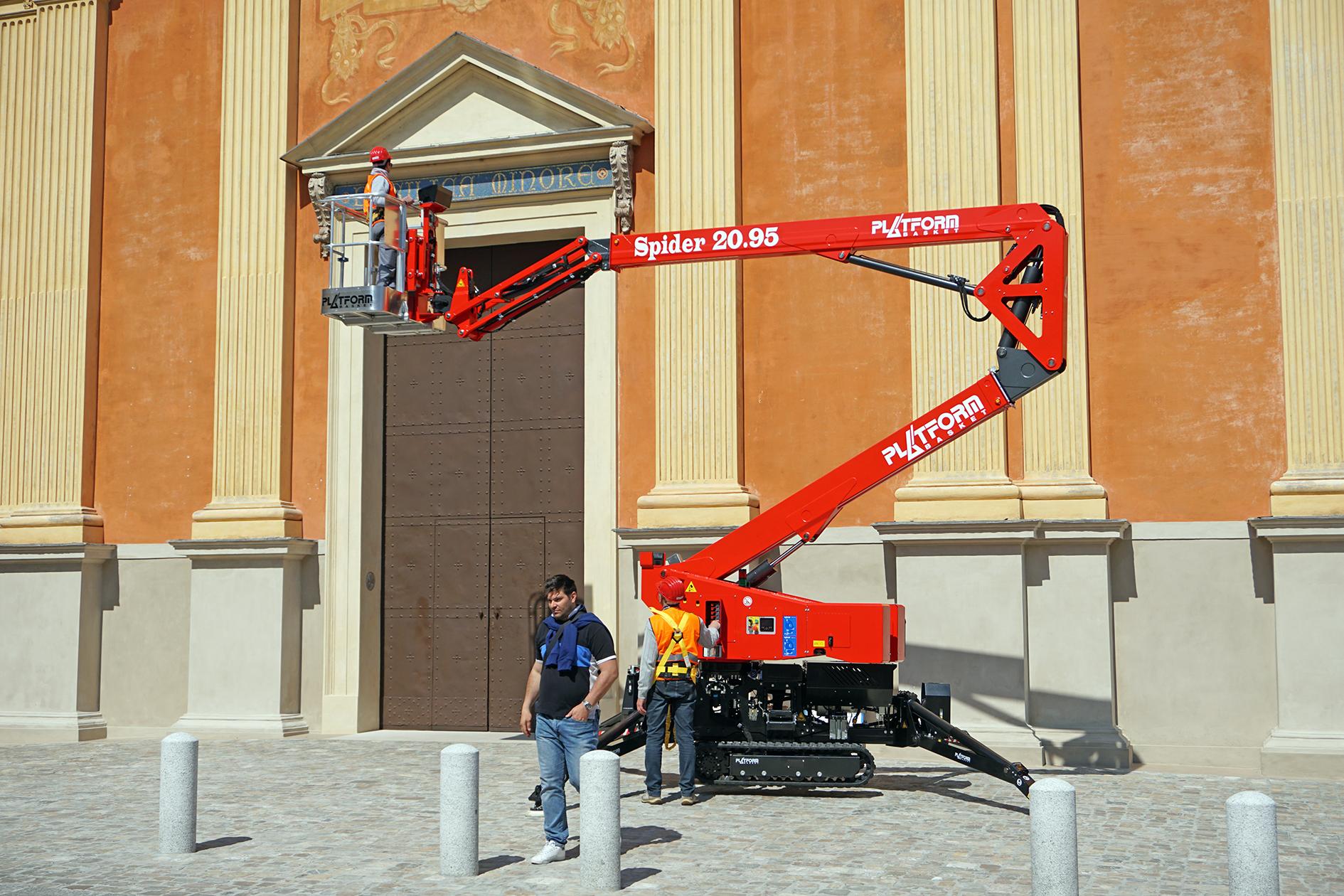 Platform Basket Spider 20.95 med en arbetshöjd på 17,60 meter under arbete i hemlandet Italien. Nu har Scantruck ensamrätt på liftarna i både Sverige och Danmark.