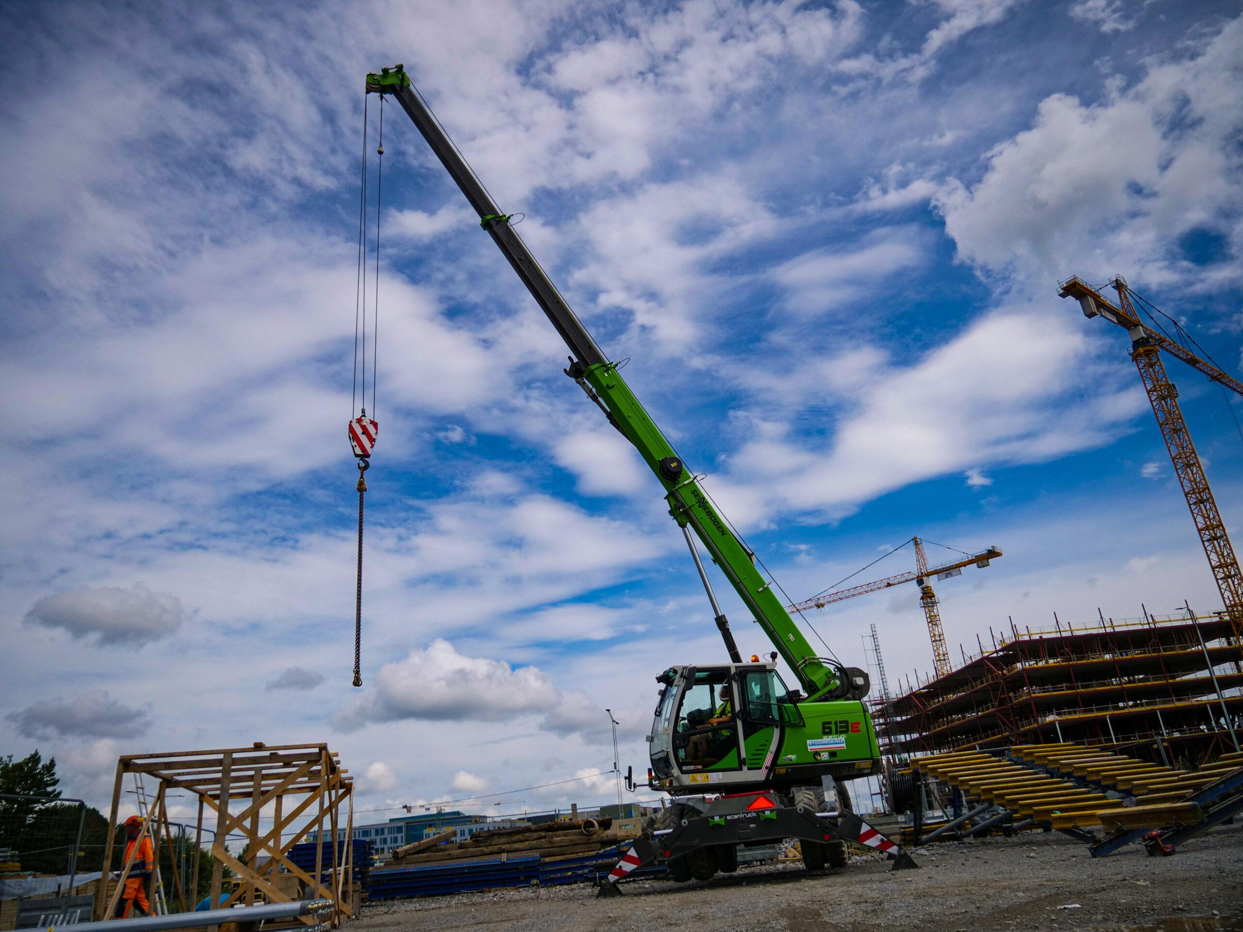 SENNEBOGEN 613E har en fantastisk kapacitet då den lyfter 16ton hela 24m högt.